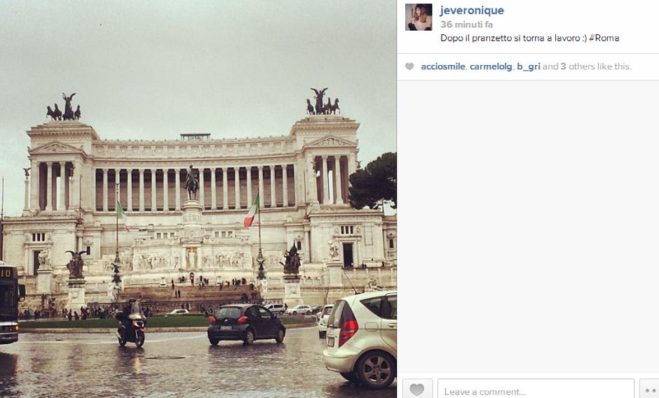 Scorci di Roma, outfit e tentativi imbranati in cucina di una neo-moglie, ecco cosa ci racconta Veronica Caputo sul suo Instagram.