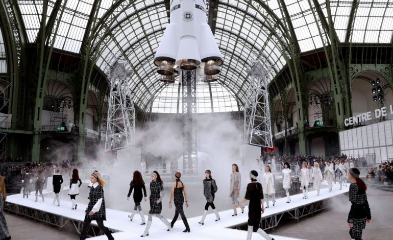 Chanel e la sfilata space style al Paris Fashion Week