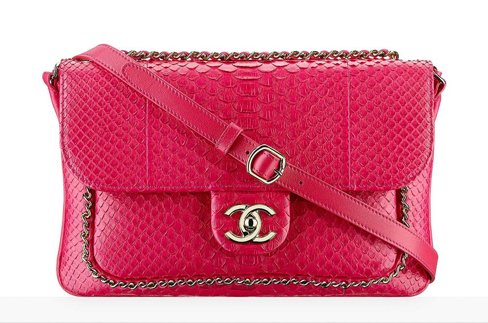 In linea con le tendenze e i colori delle collezioni primavera/estate, Chanel propone un'esclusiva borsetta cremisi con effetto pitone
